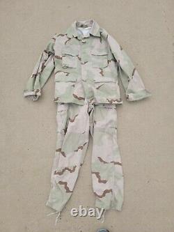 Ensemble D'uniforme De Camouflage Du Désert. Veste Et Pantalons. Moyenne Régulière. Gwot